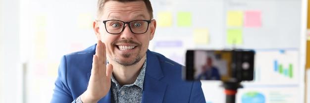 El empresario sonriente cuenta secretos comerciales y entrenadores de pequeñas y medianas empresas
