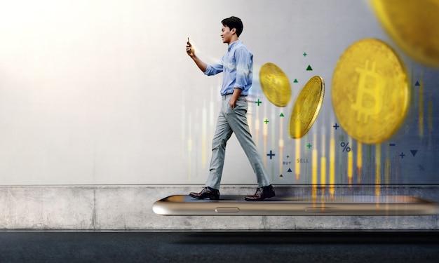 Empresario sonriente con teléfono móvil al aire libre para comprar y vender bitcoin. concepto de inversión en criptomonedas en línea. blockchain, tecnología fintech. hombre inteligente ganando dinero digital