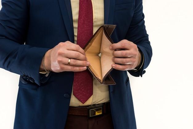 Empresario sosteniendo una billetera vacía