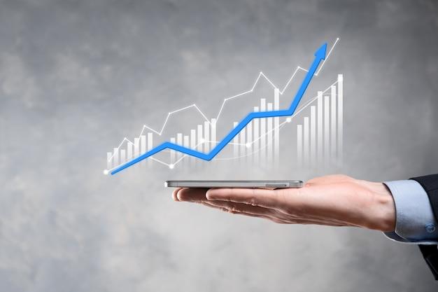 Empresario sosteniendo el crecimiento del gráfico y el aumento de los indicadores positivos del gráfico en su negocio. concepto de inversión.