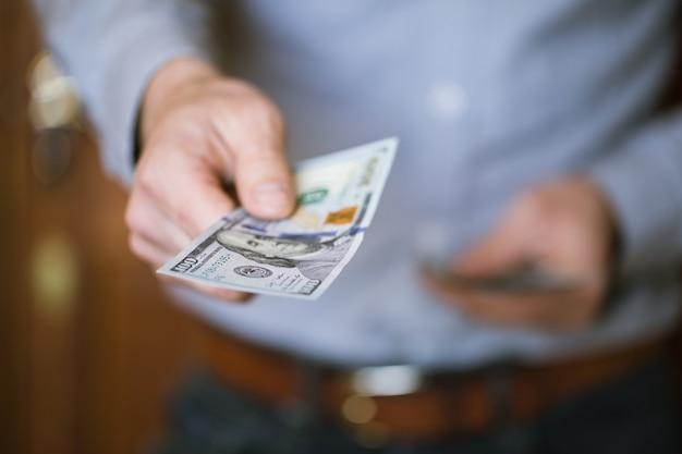 Empresario sosteniendo dinero en sus manos