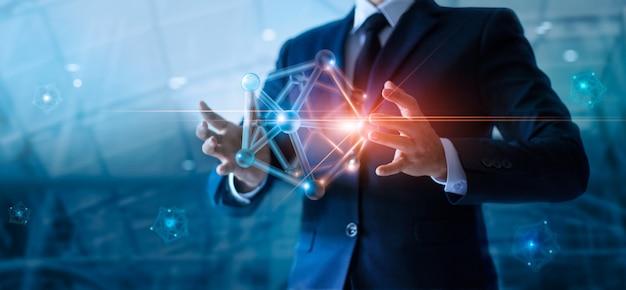 Empresario sosteniendo la estructura de redes digitales en la conexión de red global y los intercambios de datos