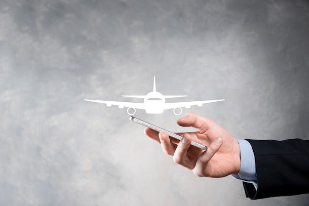 Empresario sosteniendo un icono de avión en sus manos. compra de billetes online. viajes.