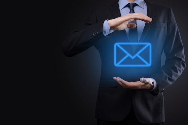 Empresario sosteniendo el icono de correo electrónico
