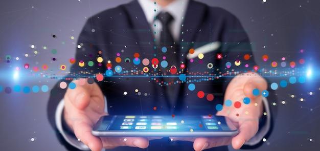 Empresario sosteniendo una información de datos de comercio de bolsa de negocios