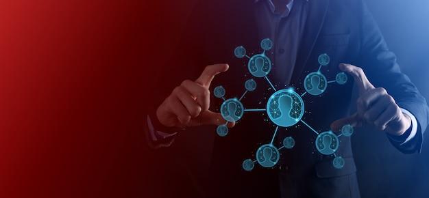 Empresario sosteniendo en la mano el icono del hombre usuario, estilo polígono de polígono bajo de mujer. primer plano de la interfaz de los iconos de internet. concepto de medios de red global.