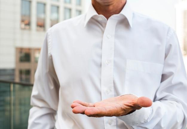 Empresario sosteniendo la mano