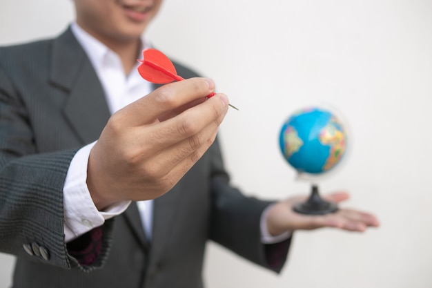 Empresario sosteniendo el mundo en la palma de las manos