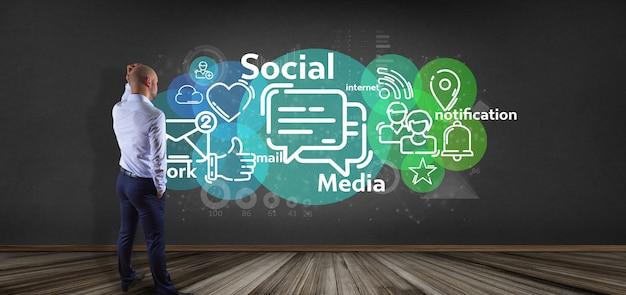 Empresario sosteniendo una nube de icono de red de medios sociales