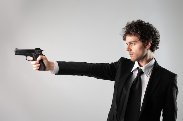 Empresario sosteniendo una pistola