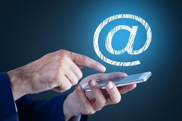 Empresario sosteniendo el símbolo de correo electrónico. concepto de negocio
