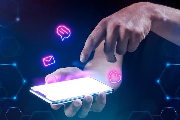 Empresario sosteniendo smartphone de pantalla en blanco
