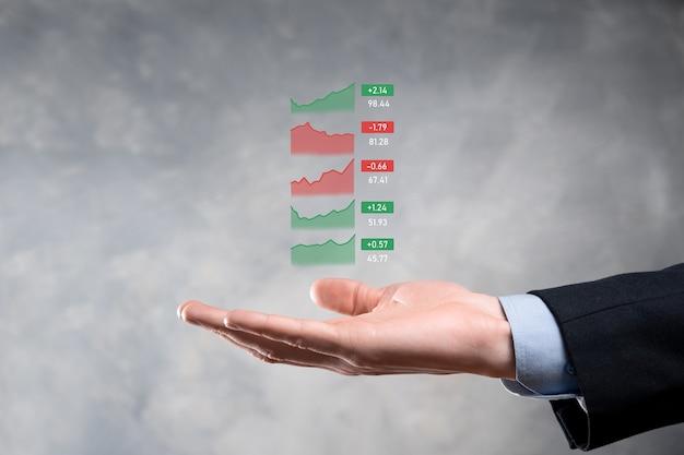 Empresario sosteniendo tableta analizando datos de ventas y gráfico de crecimiento económico