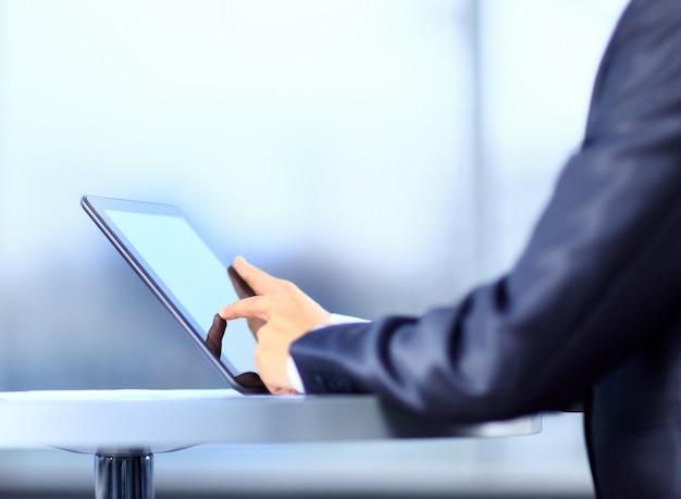 Empresario sosteniendo tableta digital