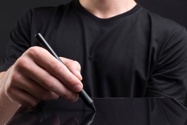 Empresario sosteniendo la tableta y escribiendo una pantalla invisible con la cubierta de las redes sociales stylus