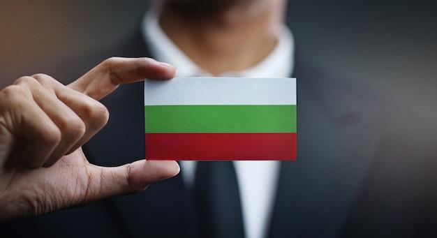 Empresario sosteniendo la tarjeta de bandera de bulgaria