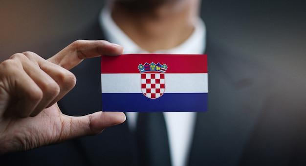 Empresario sosteniendo la tarjeta de bandera de croacia