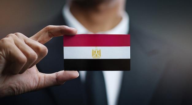 Empresario sosteniendo la tarjeta de la bandera de egipto