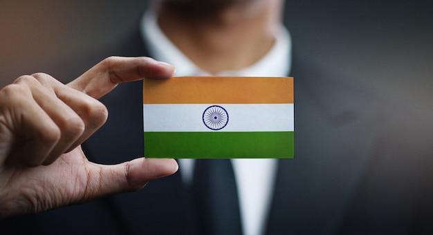 Empresario sosteniendo la tarjeta de bandera india