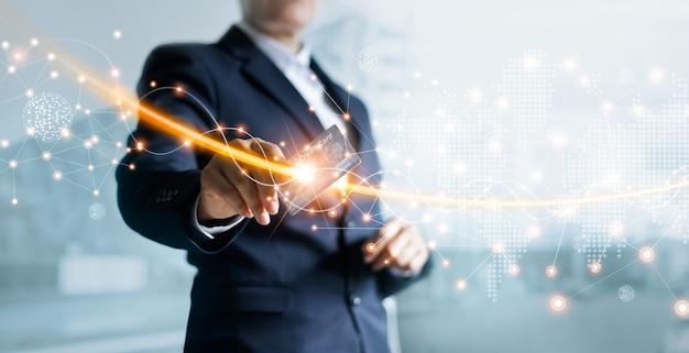 Empresario sosteniendo una tarjeta de crédito en la red, compras en línea, banca por internet, marketing digital