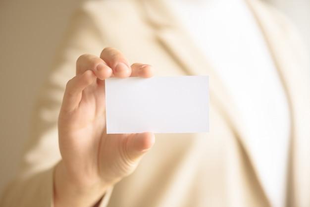 Empresario sosteniendo una tarjeta de visita vacía con espacio de copia