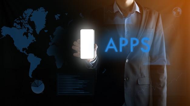 Empresario sosteniendo un teléfono inteligente móvil con pantalla blanca en blanco con espacio para texto, palabra de inscripción apps.business, tecnología, internet y concepto de red.
