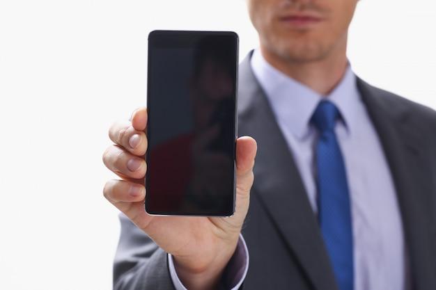 Empresario sosteniendo el teléfono en la mano