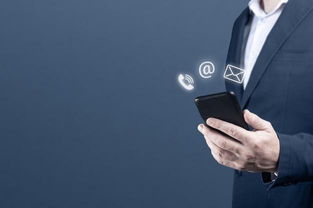 Empresario sosteniendo un teléfono móvil con correo electrónico icono de correo electrónico cutomer support contáctenos