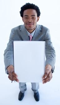 Empresario sosteniendo un gran cuaderno