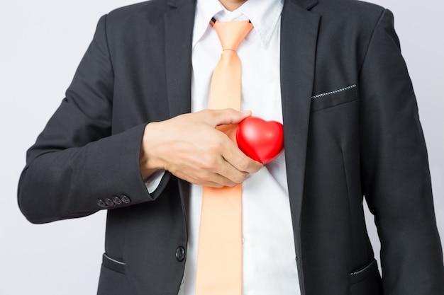 Empresario sostiene el corazón rojo