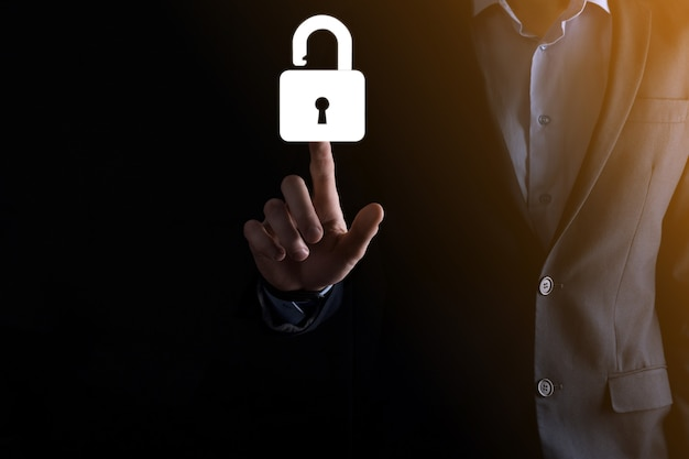 El empresario sostiene un icono de candado abierto en su palma, desbloqueando un candado virtual. concepto de negocio y metáfora tecnológica para ciberataques, delitos informáticos, seguridad de la información y cifrado de datos.