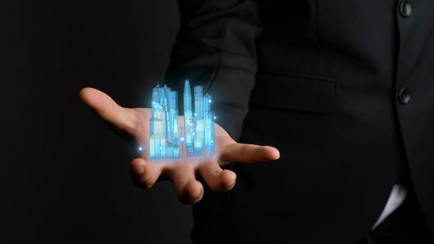 El empresario sostiene un modelo de ciudad en 3d que muestra la tecnología de realidad aumentada