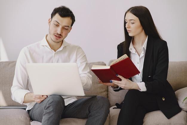 Empresario con su compañero trabajando en una oficina