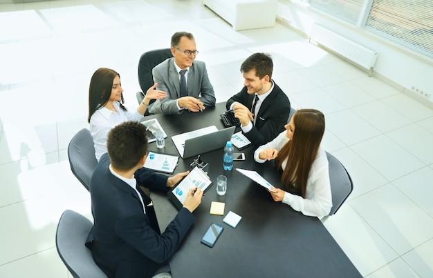 Empresario y su equipo de negocios reunidos en la oficina