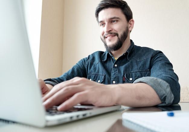 Empresario con su laptop