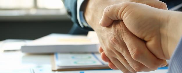 Empresario en sut apretón de manos en ofiice closeup