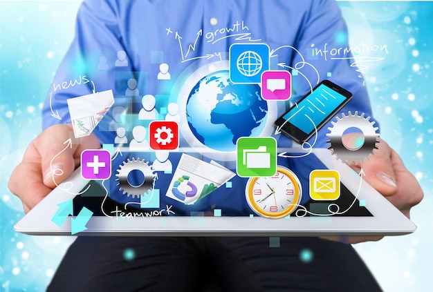 Empresario y tablet pc con bocetos de iconos de negocios abstractos sobre fondo