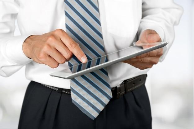 Empresario y tablet pc en el fondo