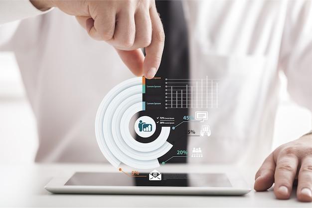 Empresario y tablet pc con icono de negocio abstracto sobre fondo