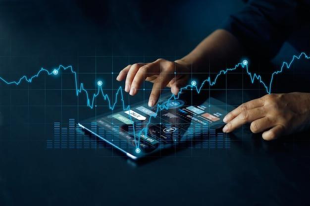 Empresario mediante tableta, banca en línea, cambio de moneda y pago, marketing digital, finanzas