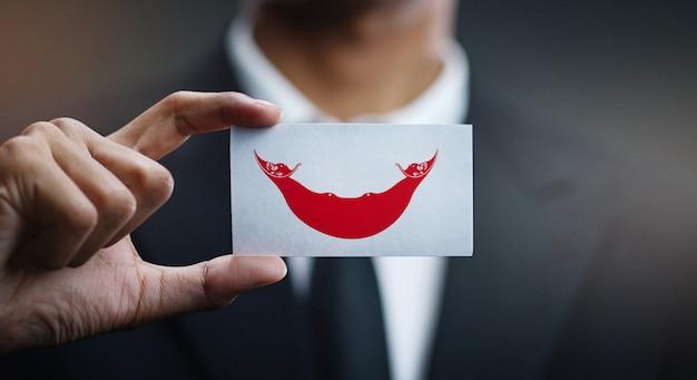 Empresario con tarjeta de bandera de isla de pascua