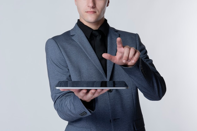 Empresario con tecnología inteligente de tableta