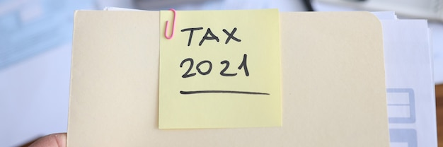 El empresario tiene en la carpeta de manos con documentos para presentar la declaración de impuestos