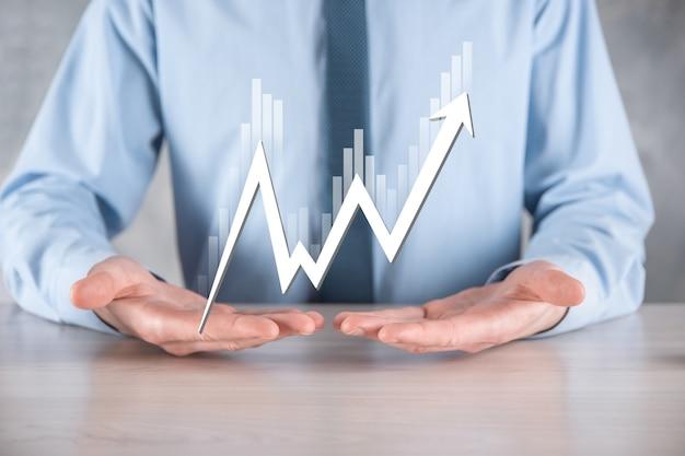 El empresario tiene datos de ventas y gráfico de crecimiento económico. planificación y estrategia empresarial.