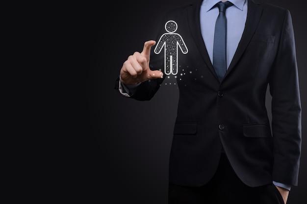 El empresario tiene el icono de la persona del hombre en la superficie de tono oscuro