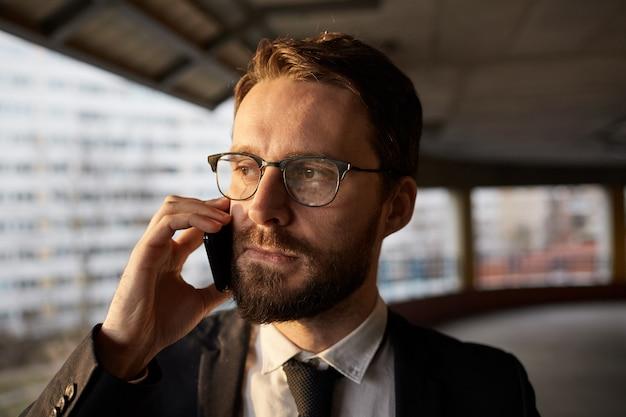 Empresario tiene una llamada telefónica