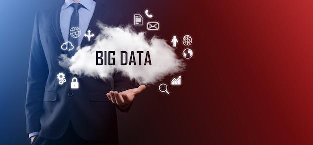 El empresario tiene nube con inscripción, palabra big data