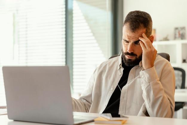 El empresario tiene una videollamada para trabajar
