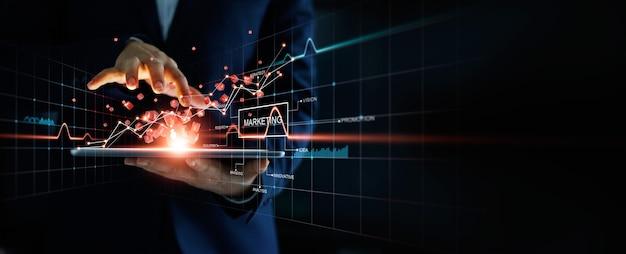 El empresario tocar el crecimiento del gráfico de datos de venta de análisis de redes de clientes globales marketing digital