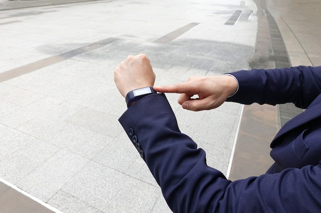 Empresario tocar reloj inteligente
